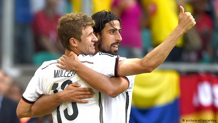 Thomas Müller jubelt mit Sami Khedira (Foto: Marcus Brandt/dpa)