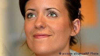 Die ehemalige Moderatorin des Fernseh-Musiksenders Viva, Sarah Kuttner, posiert am Freitag, 30. Juli 2004, in der Kulisse ihrer neuen Abendsendung 'Sarah Kuttner - Die Show' (Foto: picture alliance/AP Photo)