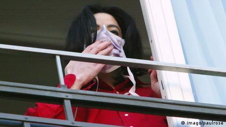 Michael Jackson mit Mundschutz