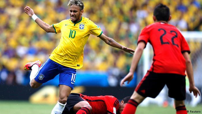 Neymar entre dois jogadores mexicanos