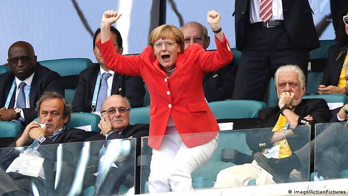 Канцлер Ангела Меркель на трибуне во время ЧМ-2014 года.