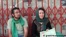 Es sind Sohrab Aarabi, der am 15 Juli in Teheran getotet wurde, neben seine Mutter Parvin Fahimi. Die Quelle ist greenrevolutioniran und die Benuztung ist gestattet.