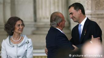 Υπό το βάρος σκανδάλου ο Χουάν Κάρλος παραιτείται από τον θρόνο. Νέος βασιλιάς της Ισπανίας ο γιός του Φελίπε