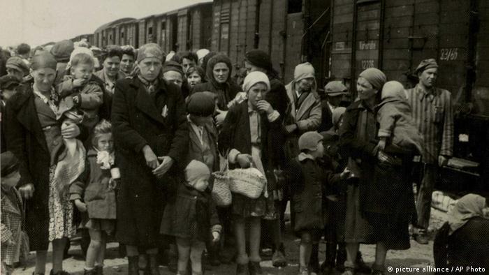 Jüdische Frauen und Männer warten auf Abtransport
