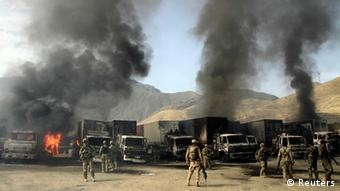 Nato-Truppen und brennende Laster in Afghanistan (Foto: Reuters)