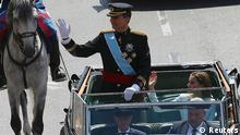 Spain's new King Felipe VI and his wife Queen Letizia parade through the streets of Madrid from the Congress of Deputies to the Royal Palace, June 19, 2014. Spain's new king, Felipe VI, was sworn in on Thursday in a low-key ceremony which monarchists hope will usher in a new era of popularity for the troubled royal household. REUTERS/Gonzalo Fuentes (SPAIN - Tags: POLITICS ROYALS ENTERTAINMENT)