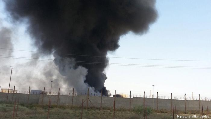 Smoke rises from the the Baiji oil refinery in northern Iraq, 19 June 2014. Workers were evacuated from Iraq's key Baiji refinery, local sources said, as it remained unclear who was actually in control of the plant which accounts for almost a third of the country's refining capacity. Baiji has been the scene of intermittent fighting since the jihadist Islamic State in Iraq and the Levant (ISIL) launched its attack against Iraqi government forces last week, seizing the northern city of Mosul and a string of towns stretching south towards Baghdad. EPA/STR +++(c) dpa - Bildfunk+++