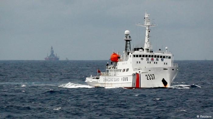 China Vietnam Konflikt Südchinesisches Meer 13.06.2014 - A Chinese Coast Guard vessel (R) passes near the Chinese oil rig, Haiyang Shi You 981 (L) in the South China Sea, about 210 km (130 miles) from the coast of Vietnam June 13, 2014. The Philippines said on Monday that China's expansion agenda in the disputed South China Sea threatened security and stability in the region, calling on all claimant states to halt construction activities that may raise tensions. Picture taken on June 13, 2014. REUTERS/Nguyen Minh (MID-SEA - Tags: POLITICS MARITIME ENERGY)