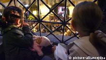 Zwei Kinder schauen am Freitag (01.06.2007) in Aachen im Dom der Zeremonie zu. Die Pilger verehren in den nächsten neun Tagen die Tuchreliquien, die als Windel und Lendentuch Jesu, Kleid Mariens und das Enthauptungstuch Johannes des Täufers gelten. Die Wallfahrt (1.6.-10.6.) findet seit 1349 alle sieben Jahre statt. Das aktuelle Motto lautet: Kommt, und ihr werdet sehen. 100 000 Pilger werden erwartet. Foto: Fredrik von Erichsen dpa/lnw +++(c) dpa - Report+++