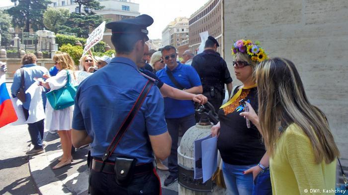 Українці намагаються подискутувати з проросійськими активістами. Італійська поліція напоготові