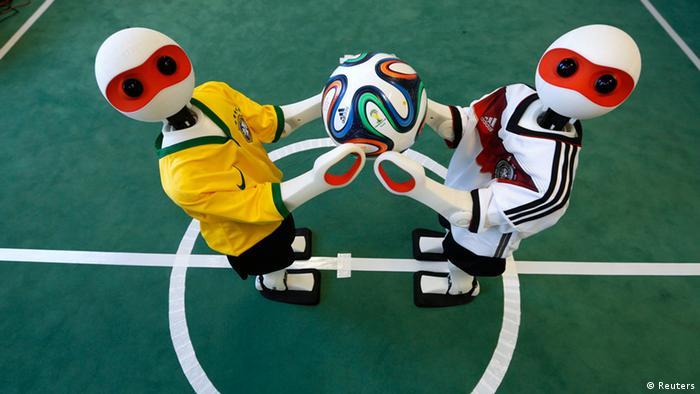 Роботы с футбольным мячом