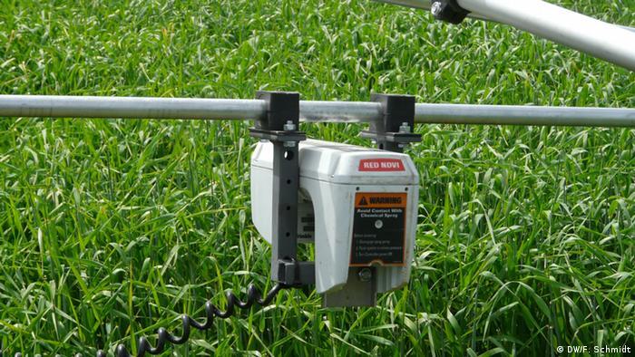 A sensor hovering over a green field. (Photo: DW/ Fabian Schmidt)