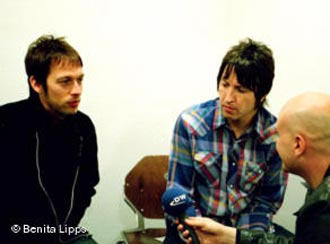 Andy Bell (l.) and Gem Archer (m.) have survived five years with Oasis