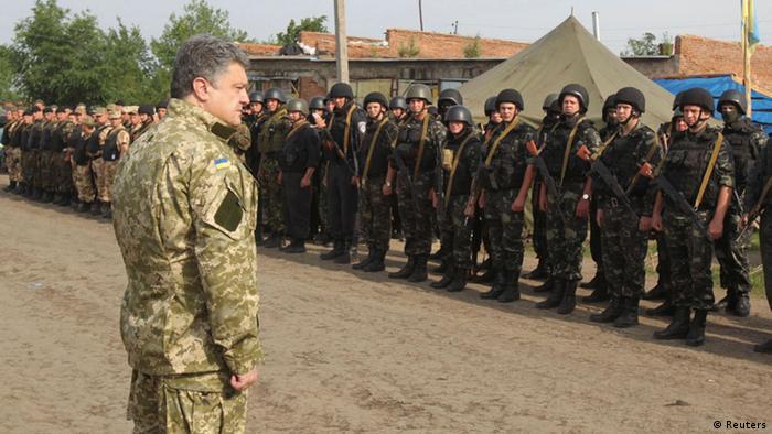Порошенко в военной форме перед отрядом солдат