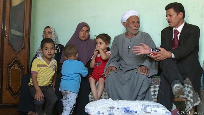 Anwalt Ahmed Mohammad mit Bauer Abdelhalim Salama Sayyed, der Frau des Angeklagten Moatamad Salama sowie dessen drei Kinder (Foto: DW)