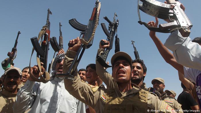 متطوعون عراقيون يحملون السلاح بعد اجتاح داعش للعراق (14 يونيو 2014)