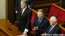 epa04045048 Former Ukrainians Presidents (L-R) Viktor Yushchenko, Leonid Kuchma and Leonid Kravchuk attend an extraordinary session of the Ukrainian parliament in Kiev, Ukraine, 28 January 2014. Ukraine's parliament will consider repealing new anti-protest legislation on 28 January and extending an amnesty to all demonstrators, after the government met with protest leaders. EPA/SERGEY DOLZHENKO +++(c) dpa - Bildfunk+++