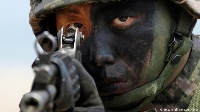 美韓聯合軍演每每動用數以萬計軍兵,圖為一名參與演練的韓國士兵。