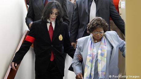Michael Jackson mit Mutter Katherine Jackson beim verlassen des Gerichtssaals
