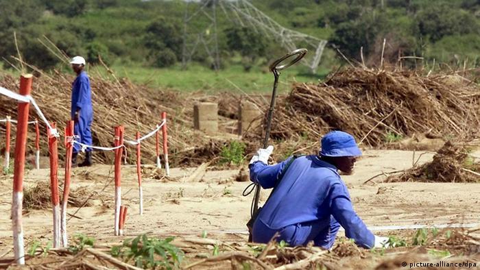 Ação de desminagem na região do Incomati, sul de Moçambique, no ano 2000