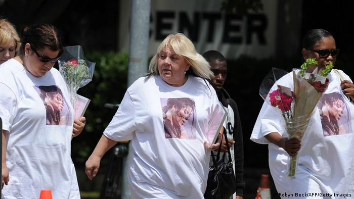 Michael Jackson-Fans wear t-shits with his likeness on them and carry roses (Robyn Beck/AFP/Getty Images)