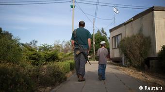 Ein Siedler mit seinem Kinder vor seinem Haus bei Hebron, Mai 2014 (Foto: Reuters)