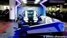 Der Park-Roboter «Ray» befördert am 23.06.2014 in Düsseldorf (Nordrhein-Westfalen) ein Auto. Der Park-Roboter wird erstmals am Düsseldorfer Aiport zum Einsatz kommen. Foto: Federico Gambarini/dpa