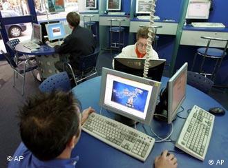 Люди в интернет-кафе