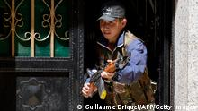 Bildunterschrift:A young rebel fighter holds a weapon standing at the entrance of a house on March 29, 2013 in the Sheikh Maqsoud neighbourhood of the Syrian city of Aleppo. AFP PHOTO/GUILLAUME BRIQUET (Photo credit should read Guillaume Briquet/AFP/Getty Images)