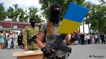 Женщина принимает присягу перед тем, как отправиться в Донбасс (июнь 2014 года)