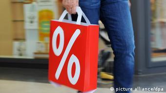 Οι οικονομολόγοι συνιστούν στους καταναλωτές να ξοδεύουν τα χρήματα που εξοικονομούν σήμερα χάρη στις χαμηλές τιμές ενέργειας
