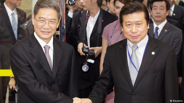 Zhang Zhijun (links) und der Vize-Minister vom Festlandrat Taiwans, Chang Hsien-Yao, in Taiwan (Foto: Reuters)