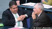 Bundeswirtschaftsminister Sigmar Gabriel (SPD, l) und Bundesfinanzminister Wolfgang Schäuble (CDU) unterhalten sich am 25.06.2014 im Bundestag in Berlin. Der Bundestag debattiert über den Bundeshaushalt. Foto: Maurizio Gambarini/dpa +++(c) dpa - Bildfunk+++