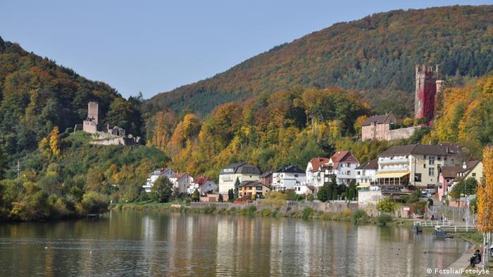 Vista a partir do rio Neckar para a pequena cidade de Neckarsteinach com dois de seus quatro castelos