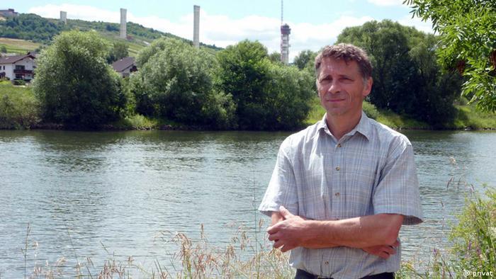 La construcción del Hochmosel fue controvertida. Para críticos como Georg Laska, el puente dañó un paisaje idílico. El aumento de precios también fue noticia. El costo del proyecto asciende a al menos 483 millones de euros, de los cuales el puente representa alrededor de 175 millones de euros.
