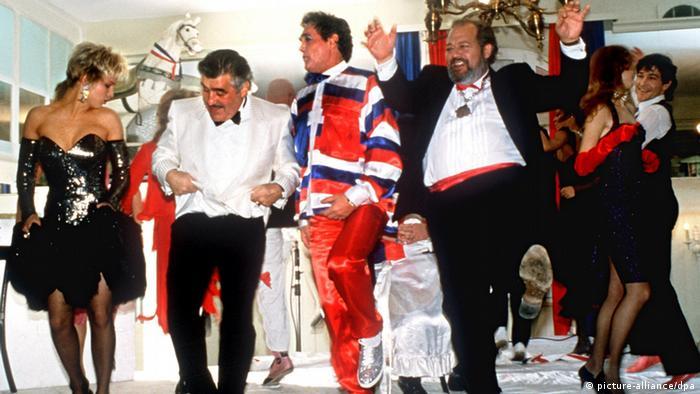 Die Schickeria tanzt: Filmszene aus Kir Royal (picture-alliance/dpa)