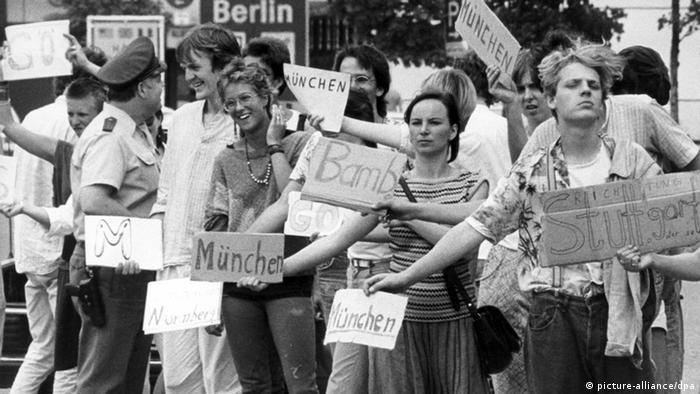 Tradição: Em 1985 alemães pedem carona em Berlim com destino à Alemanha Ocidental
