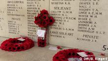 Ypern, Gedenkstätte Menem-Tor. Kränze und Kreuz mit roten Mohnblumen (Poppy), die im angelsächischen Raum Teil der Erinnerungskultur an gefallene Soldaten sind. Angelehnt an ein Gedicht über Mohnblüte auf Schlachtfeldern. Die Kränze im Bild wurden von Angehörigen von britischen Soldaten niedergelegt. Anlass EU-Gipfel in Ypern am 26.06.2014. *** Aufgenommen am 24.05.2014. Foto: Bernd Riegert, DW, alle Rechte
