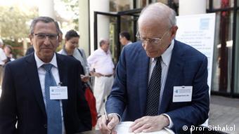 Israel Peleg (li) und Stuart Eizenstat am Rande der Konferenz, Foto: Dror Sithakol