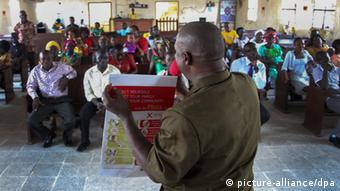 Afisa wa UNICEF akihamasisha umma kuhusu Ebola Liberia