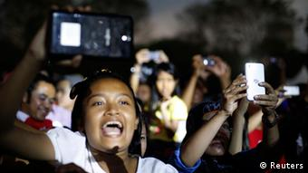 Youths take pictures during music concert held in support for Indonesia's presidential candidate Joko Widodo in Jakarta June 25, 2014 (Photo: REUTERS/Beawiharta)