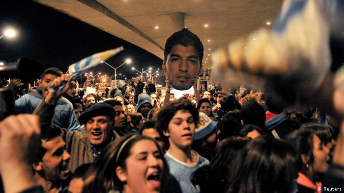 FIFA WM 2014 Suarez Fans auf dem Flughafen von Montevideo 26.06.2014