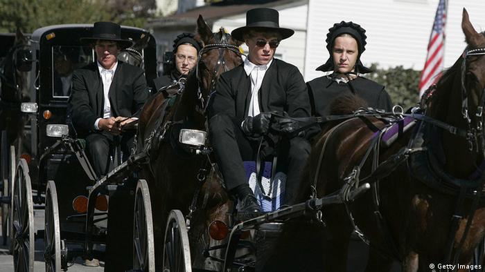 Amische in den USA, die in auf Kutschen fahren.
