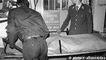 ARCHIV - Der Leichnam von Uwe Barschel wird am 11. Oktober 1987 auf einer Trage aus dem Hotel Beau-Rivage in Genf abtransportiert. Der ehemalige schleswig-holsteinische Ministerpräsident Barschel (CDU) wurde tot in der Badewanne seines Hotelzimmers aufgefunden. Knapp 24 Jahre nach dem mysteriösen Tod des Politikers will die Lübecker Staatsanwaltschaft einem Medienbericht zufolge neue Untersuchungen anstellen und nach DNA-Spuren auf der Kleidung suchen. Foto: Keystone (zu dpa-lno 0567 vom 15.06.2011) +++(c) dpa - Bildfunk+++