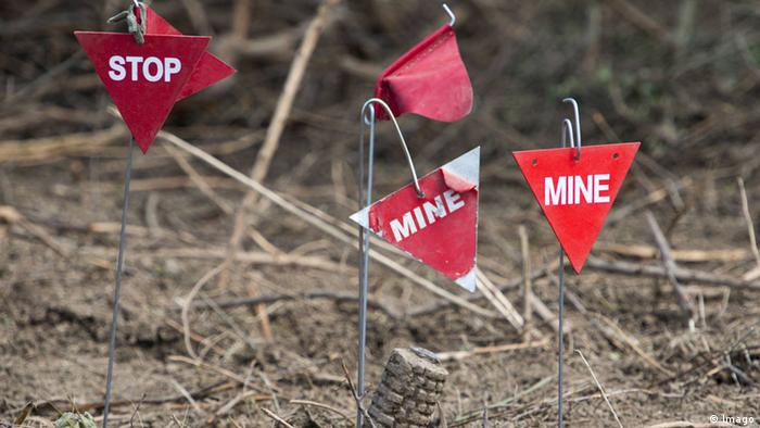 A sign warning about landmines (Photo: imago/Xinhua)