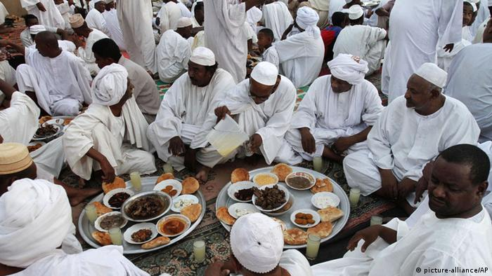 Sudanese Muslims break a fast (picture-alliance/AP)