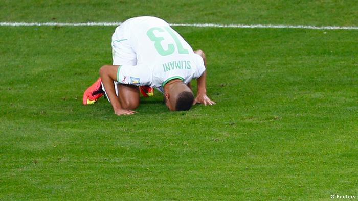 سجده شکر اسلام سلیمانی، بازیکن الجزایری پس از باز کردن دروازه روسیه