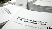 Der gedruckte Koalitionsvertrag zwischen SPD und Union liegt am Samstag, 12. November 2005 in Berlin vor einer Pressekonferenz der Parteifuehrer von SPD und Union zum Ergebnis der Koaltionsverhandlun