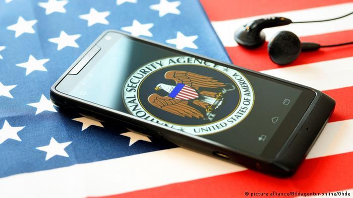 Мобильный телефон и наушники на флаге США