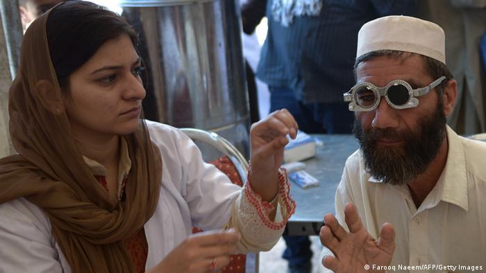 Pakistan medizinische Untersuchung eines Flüchtlings (Farooq Naeem/AFP/Getty Images)